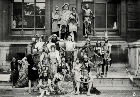 Portrait groupe d'élèves déguisés ENSBA dont Beaudouin et Lods