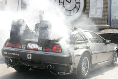 "Arrivée de l'acteur Christopher Lloyd à l'intérieur de la DeLorean au compte à rebours pour le vol final du ""Back To The Future Ride"" à Universal Studios Hollywood le 2 août 2007 à Los Angeles, en Californie."
