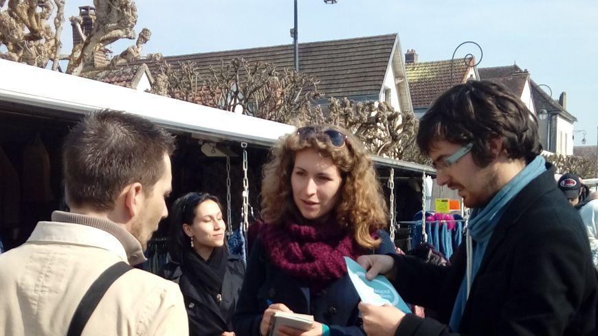 Ariane Forgues et Baptiste Enaud sur le marché de St-Florentin