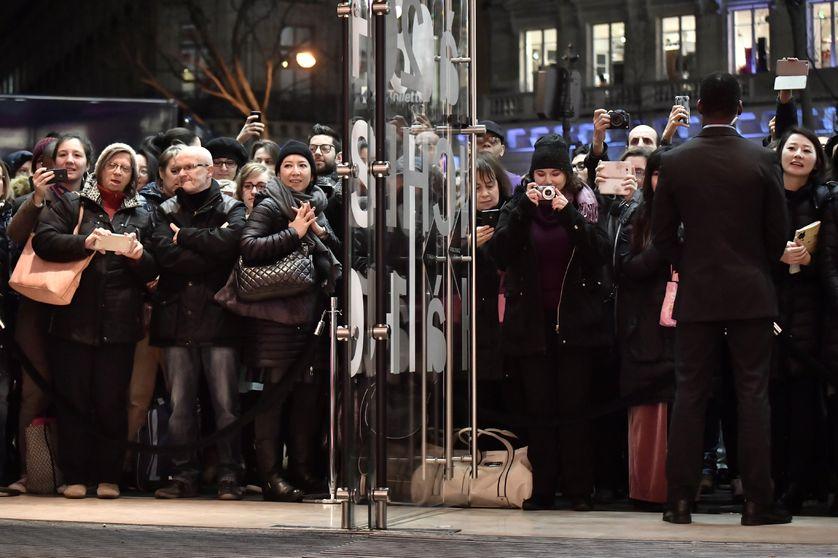Devant l'entrée d'un magasin parisien, un premier jour de soldes