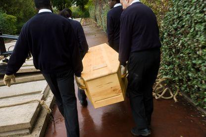 """Bénévoles de l'association """"Les morts de la rue"""" en 2012 au cimetière de Thiais"""