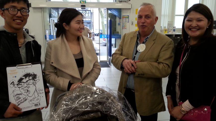 Le caricaturiste Fris est venu hier au bureau de poste Béranger à Tours pour parler des incivilités tout en dressant le portrait des clients