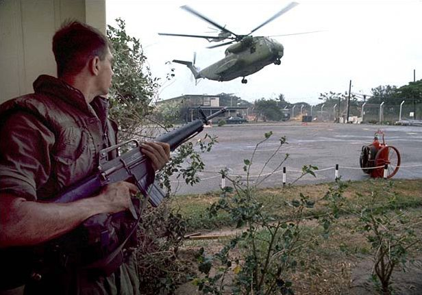 Opération Frequent Wind, évacuation par hélicoptère de civils américains et de Vietnamiens, avril 1975