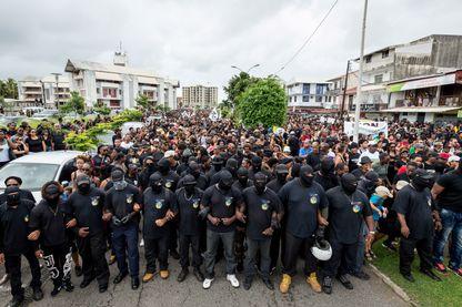 Des membres du groupe des 500 Frères et des autres manifestants participent à une manifestation de soutien à la grève générale à Cayenne, sur le territoire français d'outre-mer de la Guyane, le 28 mars 2017.