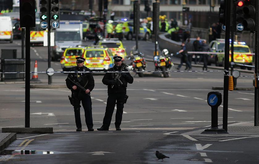 Des policiers à proximité du lieu de l'attaque, près du Parlement à Londres le 22 mars 2017
