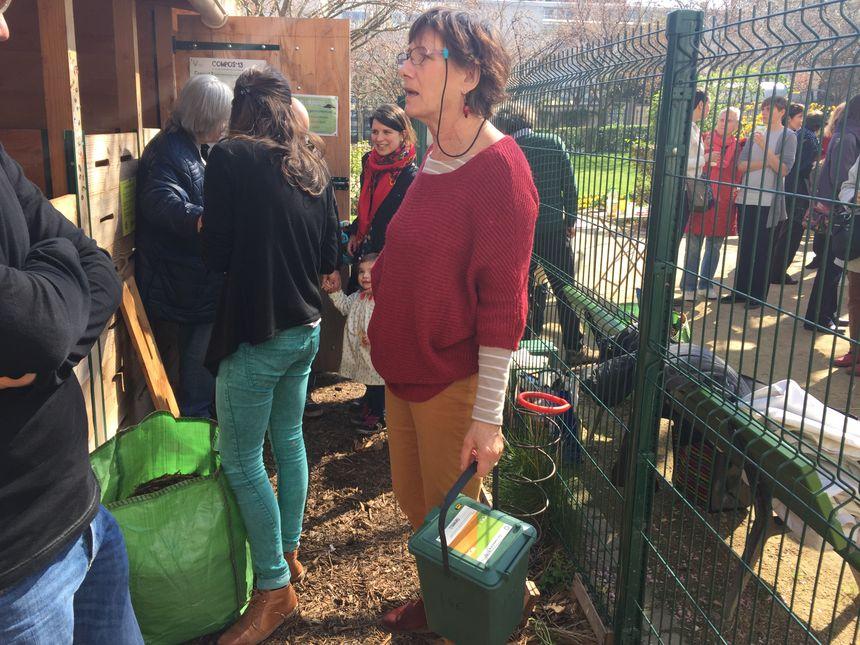 Les habitants du 13ème arrondissement apportent leurs sceaux de déchets organiques une à deux fois par semaine