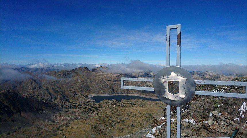 La nouvelle croix installée au sommet du Carlit
