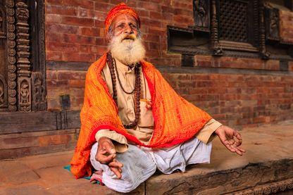 Sadhu  (saint indien) assis dans le temple.