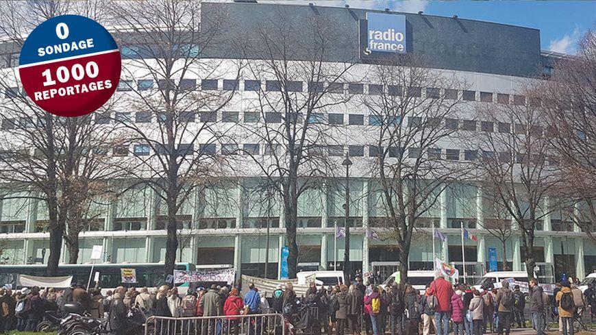 Deux cents manifestants en face de la maison de Radio France.