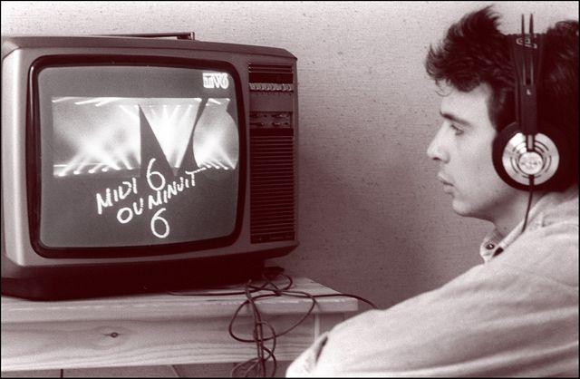 Un jeune homme regarde les premières images venant de la régie de TV-6, une nouvelle chaîne musicale de télévision, le 22 février 1986 à Paris