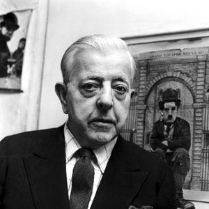 Jacques Prévert (1900-1977), dans sa maison à Montmartre à Paris. Mars 1964.