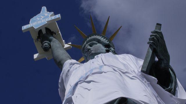 Pour l'Appel des Solidarités, la statue de la Liberté à Paris a été relookée