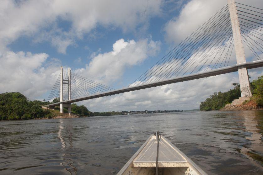 Une pirogue navigue sur le fleuve Oyapock, frontière naturelle entre la Guyane et le Brésil, le 27 juillet 2012 près de Saint Georges de l'Oyapock.