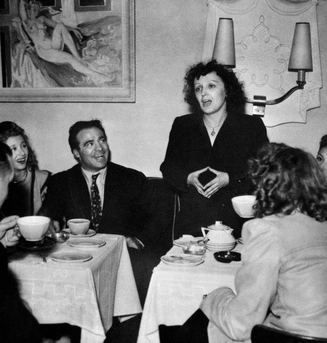 Edith Piaf, entourée de ses amis et de Marcel Cerdan dans un bar parisien en 1947