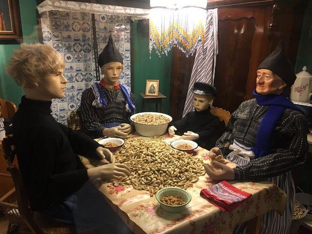 mannequins qui épluchent des crevettes au musée de Volendam