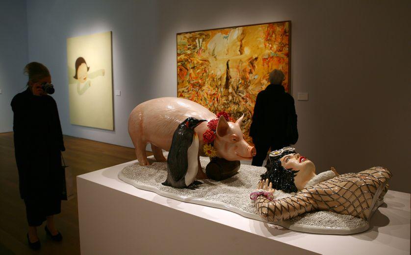 """La sculpture """"Fait d'hiver"""" de Jeff Koons, qui présente de grandes ressemblances avec une image issue d'une publicité de la campagne pour Naf Naf elle aussi intitulée """"Fait d'hiver"""""""