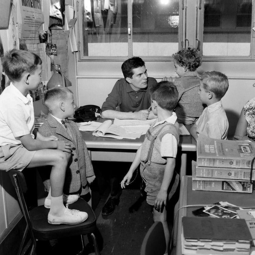Le vidéaste Jean-Christophe Averty fait passer un casting à des garçonnets pour la réalisation d'un téléfilm pour l'ORTF, aux Buttes Chaumont, le 8 août 1959.