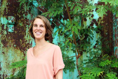 Laure Bottinelli récupère avec l'aide des femmes de ménage les vieux savons dans les hôtels haïtiens.
