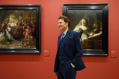 """Le collectionneur d'art américain Thomas Kaplan devant des tableaux exposés au Louvre dans """"Chefs-d'œuvre de la collection Leiden""""."""