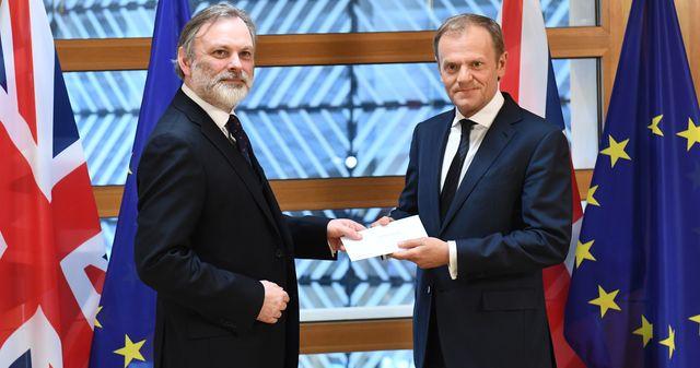 Brexit : l'ambassadeur britannique à l'UE (G) remet la lettre de sortie de l'UE au Président du Conseil européen Donald Tusk (D)