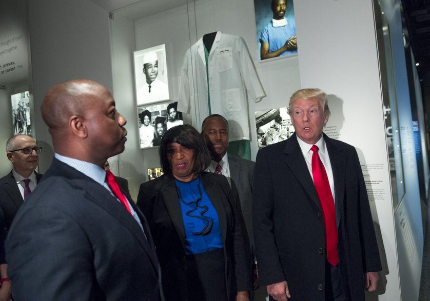 Donald Trump visite le Musée national de l'histoire et de la culture afro-américaine à Washington le 21 février 2016.