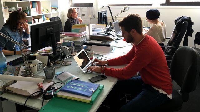 Dans les bureaux, Imane en service civique, Thibaut professeur relais, et Laurence Cabrol en charge des relations avec le public