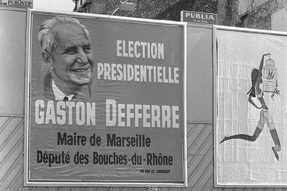 Le 15 mai 1969, dans une ville non identifiée, l'affiche officielle de Gaston Defferre, député-maire de Marseille et candidat à l'élection présidentielle;