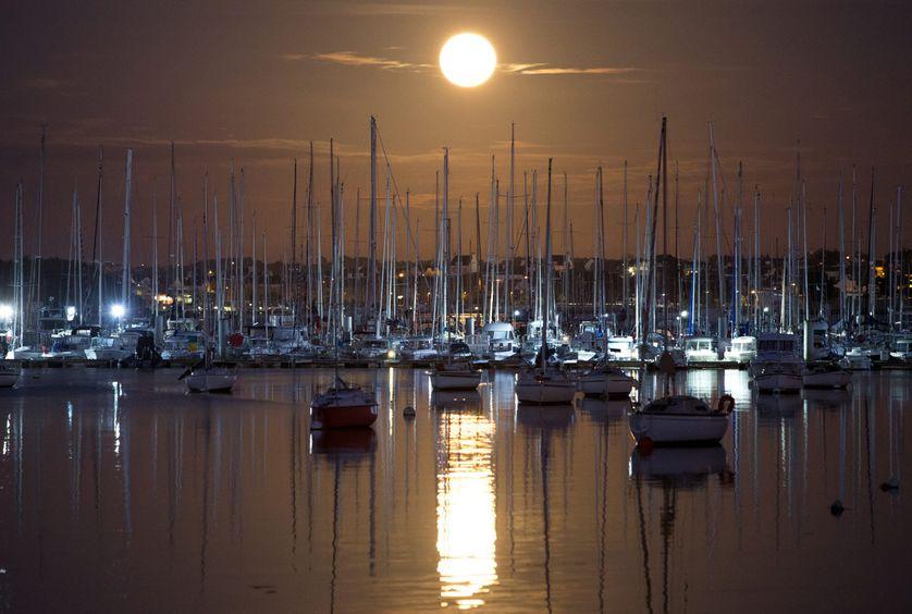 Super lune sur le port de plaisance du Kernevel en Bretagne