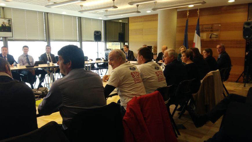 Philippe Poutou autour de la table lors du comité de suivi