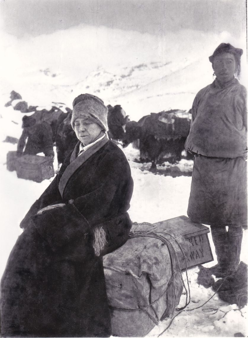 Alexandra David-Néel campe près du village de Pashi, à la frontière entre le Sikkim et le Tibet, 1914.  Maison A. David-Neel, Digne-les-Bains