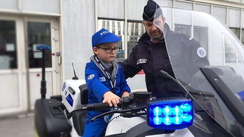 Sur la moto de police : Quentin s'y voit déjà !