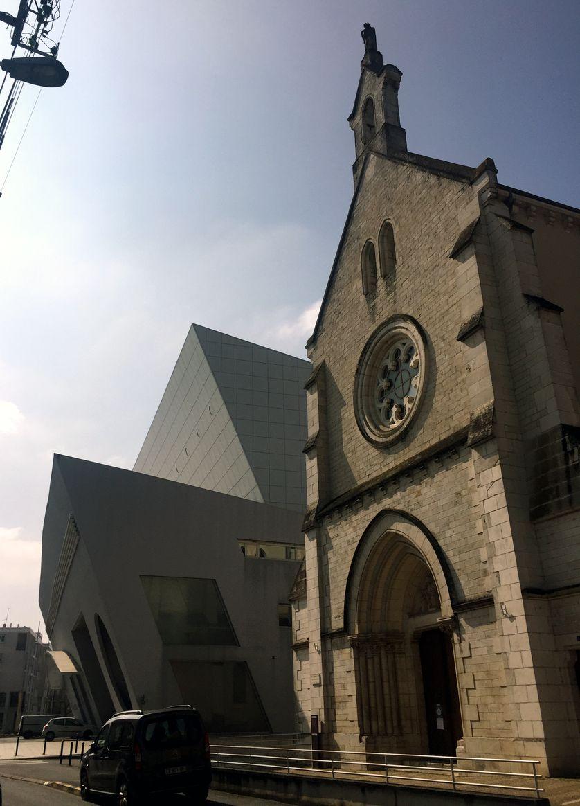 Inaugurée en 1994, la scène nationale et médiathèque de l'Equinoxe continue à détonner par son architecture moderne audacieuse