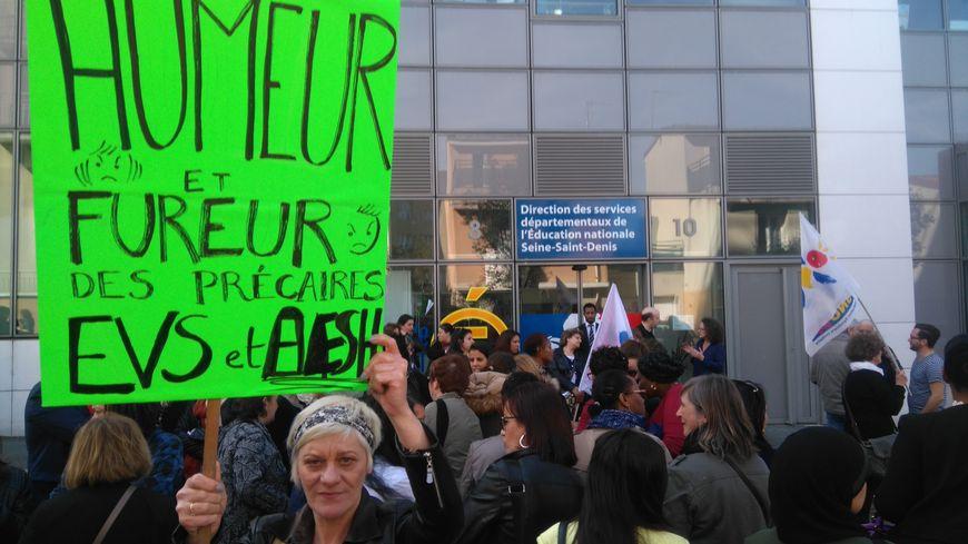 Une centaine d'AVS se sont rassemblés à Bobigny ce jeudi 30 mars.