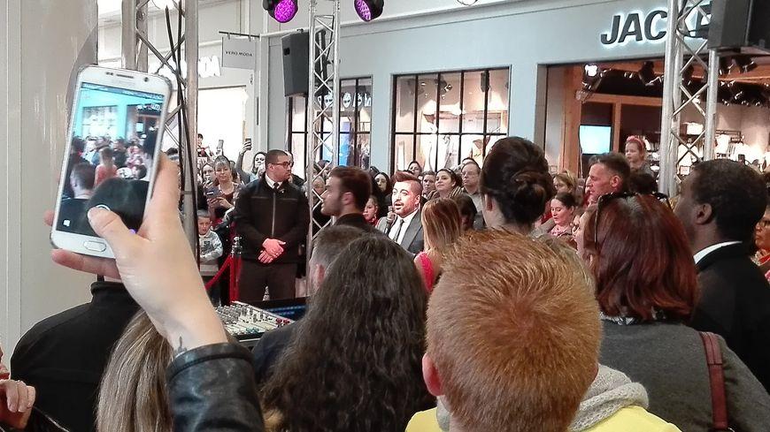"""Chris Marques, le célèbre membre du jury de """"Danse avec les stars"""" (au centre avec le micro) """"noyé"""" au milieu de ses fans francs-comtois à Besançon"""