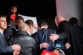 Le candidat Benoît Hamon escorté lors d'un meeting à Montreuil
