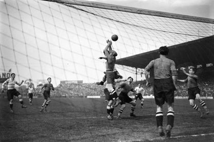 Phase d'un match de la Coupe de France à Paris, France en avril 1930.