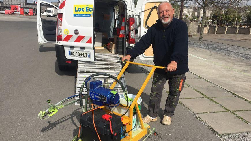 Thierry est le peintre de la ligne verte à Nantes