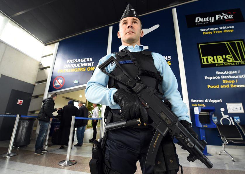 Gendarme à l'aéroport de Montpellier en novembre 2015