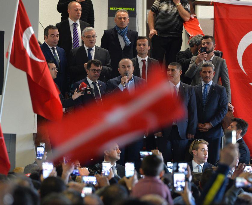Le ministre turc des Affaires étrangères Mevlut Cavusoglu lors d'un meeting pour le référendum du président Erdogan à Metz (France) le 12 mars 2017