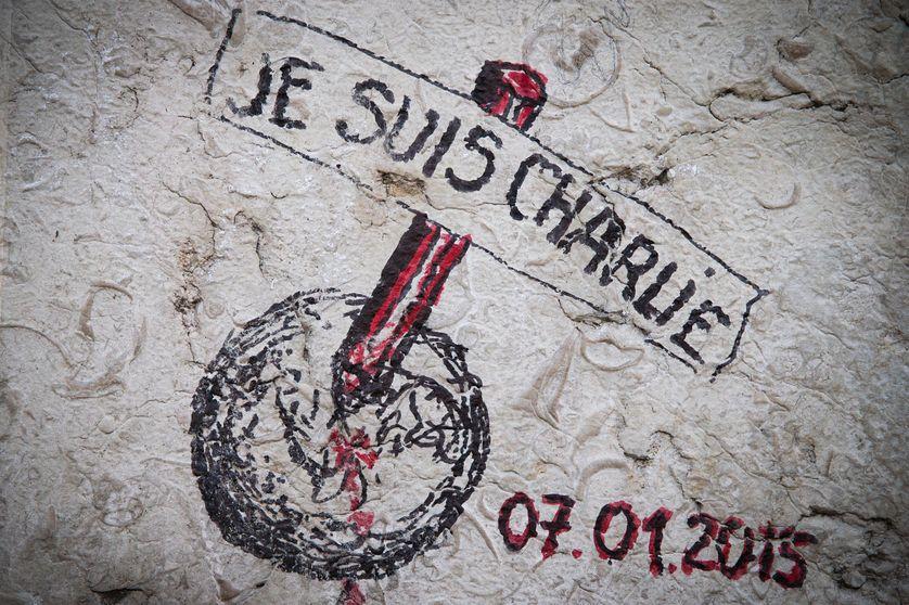 Dessin sur le piédestal de la statue de Marianne, place de la République à Paris