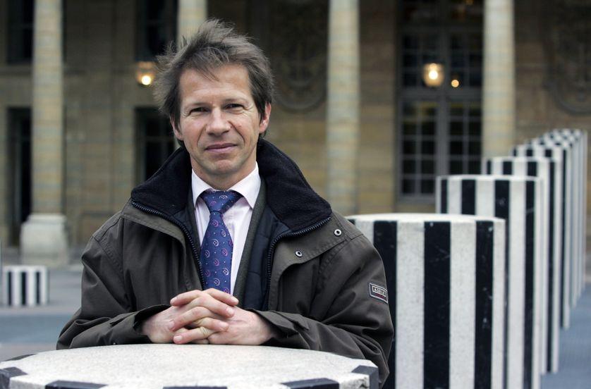 Jean-Marc Jancovici, expert des questions climat/énergie, pose dans les jardins du Palais Royal le 20 mars 2007 à Paris.