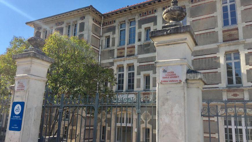 Polémique au lycée Emile Loubet de Valence, dans la Drôme, autour de l'interdiction de porter des jeans troués et des mini-jupes.