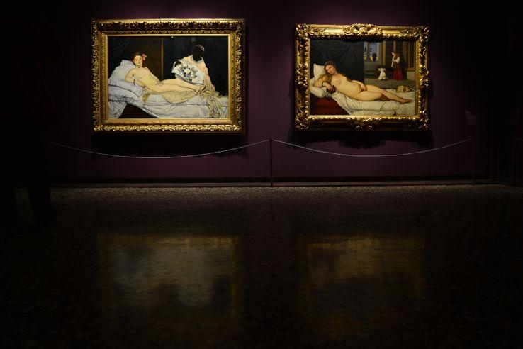 L'Olympia de Manet (à gauche) et la Vénus d'Urbino du Titien (à droite), côte à côte au Palais des Doges de Venise lors d'une exposition en 2013