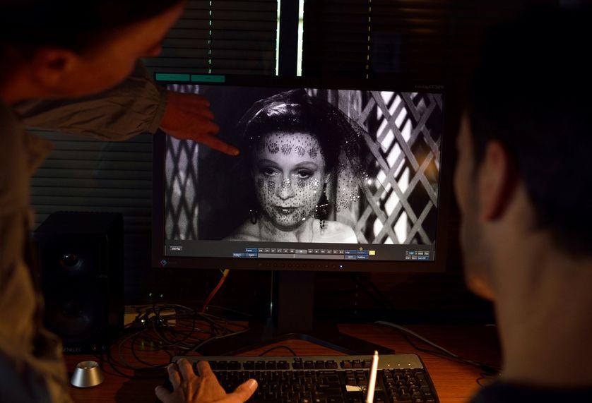 """Des techniciens restaurent le film """"Les Enfants du Paradis"""" de Marcel Carné, avec Arletty, laboratoire Eclair, 2012."""