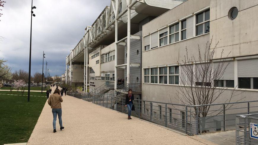 L'esplanade du campus universitaire de Dijon.