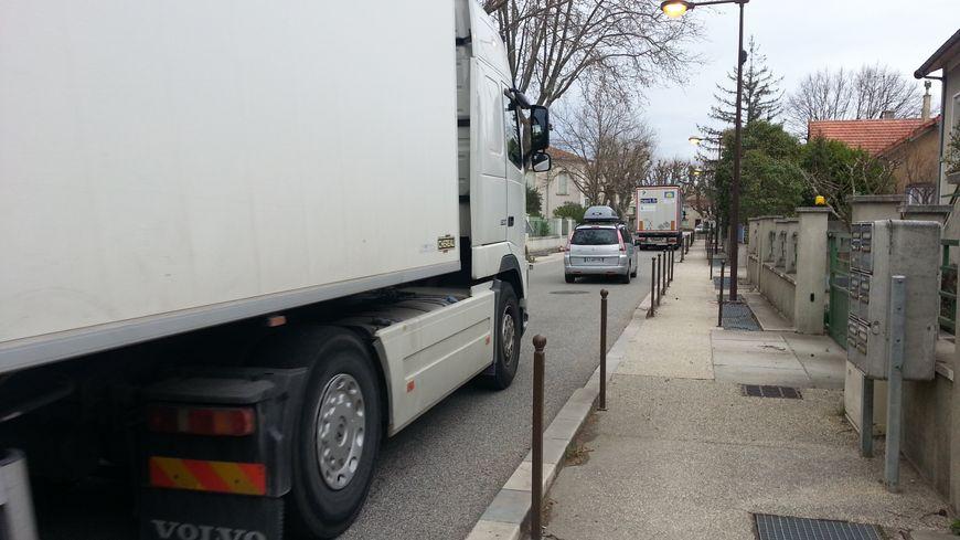 Dans le centre du village, les camions frôlent les habitations