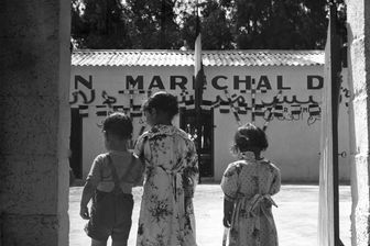 """Guerre d'Algérie. Trois enfants devant le bâtiment de la Fondation """"Maréchal de Lattre"""" à Palestro, Haute Kabylie - 1er juillet 1958"""