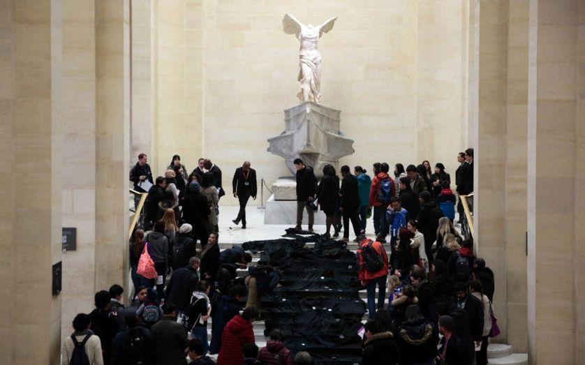 L'action des militants ce dimanche: un grand drap noir brillant censé figurer le pétrole