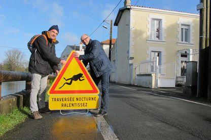 Des panneaux de signalisation sont posés pour sensibiliser les automobilistes à la traversée des crapauds en période de reproduction.