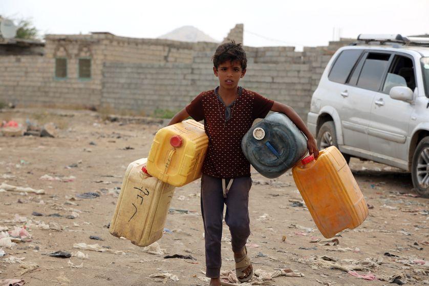 Enfant s'approvisionnant en eau dans un village yéménite, proche de Hodeidah, le 20 février 2017.